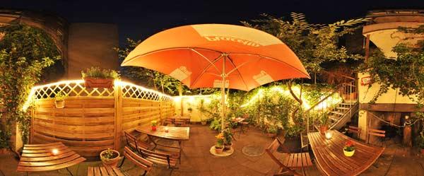 Cafe Bar Chelsey Kiel Hinterhof mit Garten