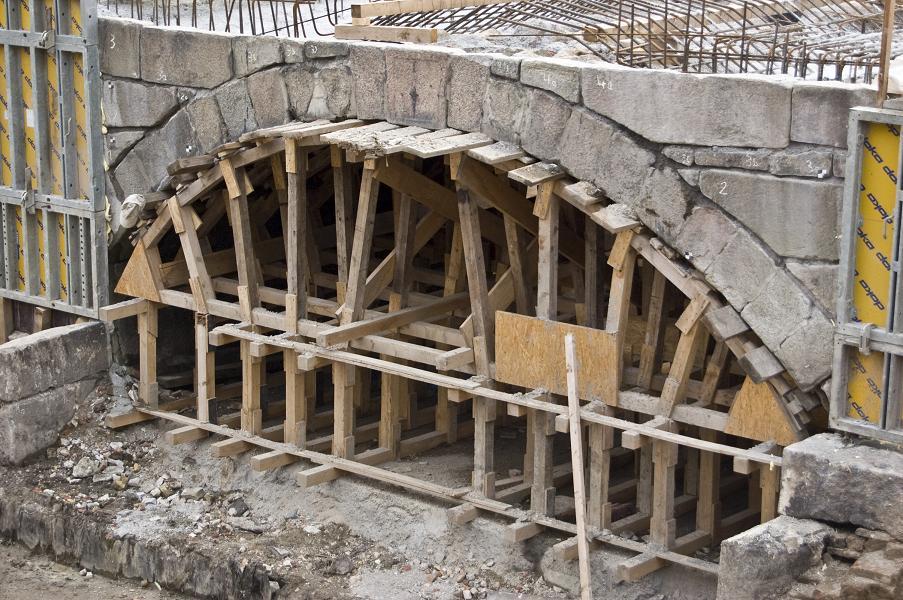 Die unter Denkmalschutz stehenden Gewölbebrücken der Schwentinemündung wurden 2008 grunderneuert.