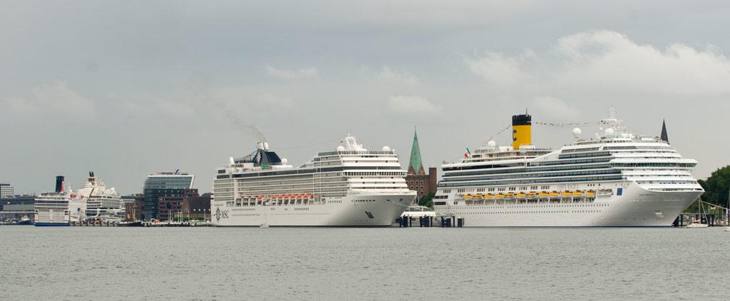 Drei große Kreuzfahrtschiffe in Kiel an den Kais